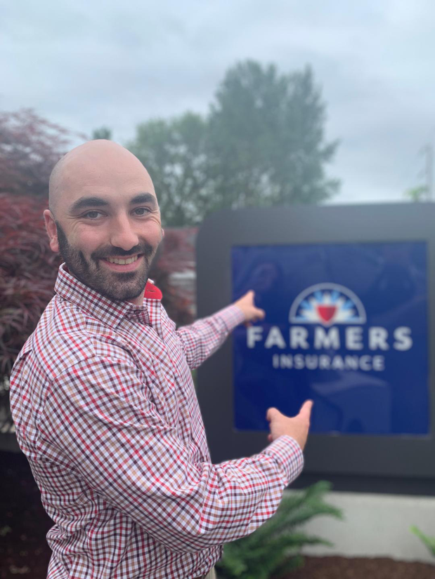 Man pointing at a Farmers sign