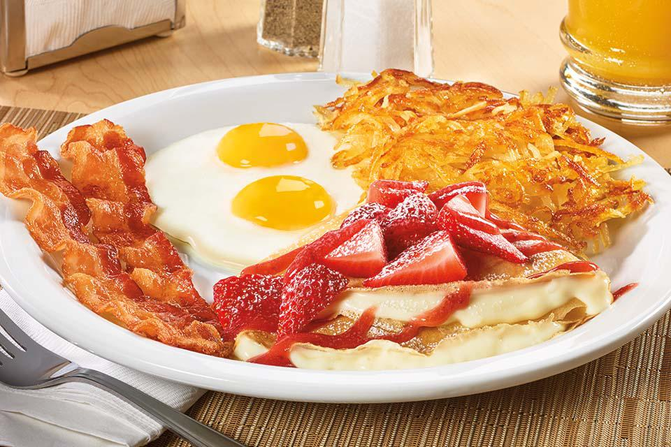 ¡NUEVO! Strawberry Vanilla Crepe Breakfast