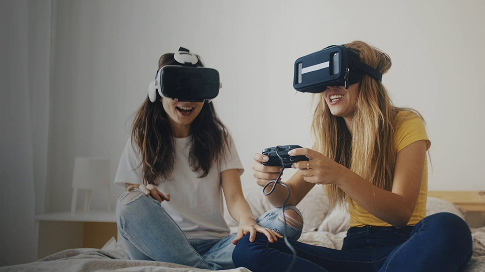 Dos mujeres jugando videojuegos con un auricular VR con Internet superveloz deOptimum