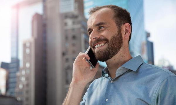 Hombre hablando por teléfono móvil