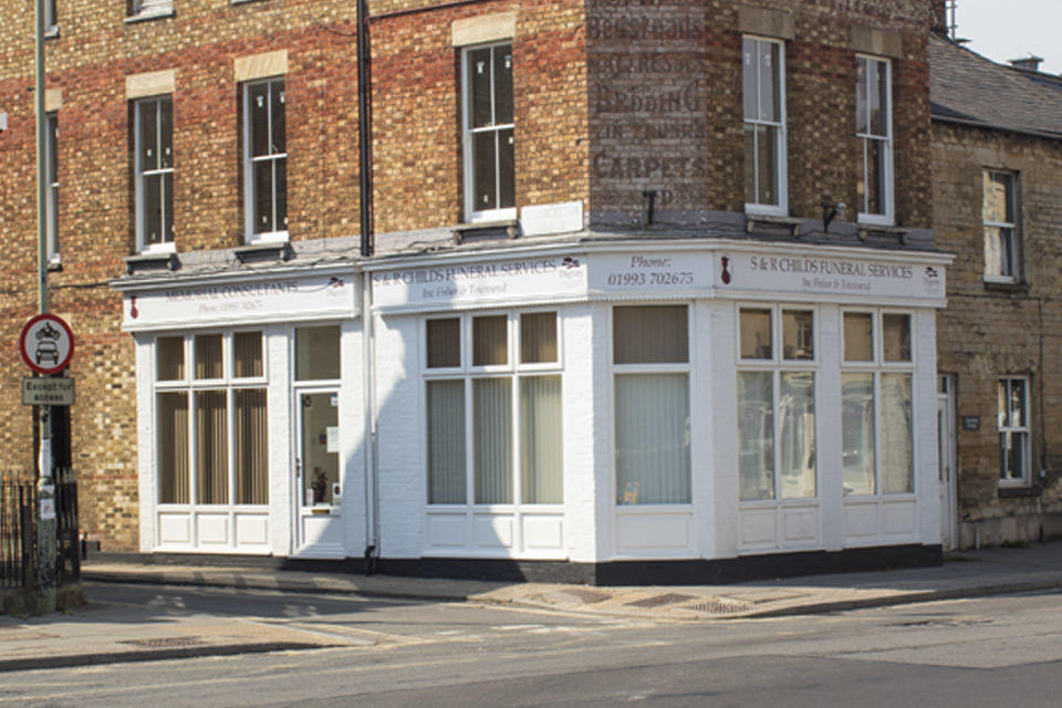 S & R Childs inc. Fisher & Townsend Funeral Directors in Witney, Oxfordshire.