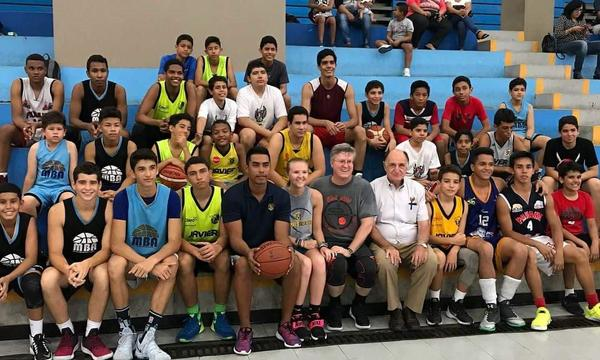 Agent Keith Smith standing with a youth basketball team