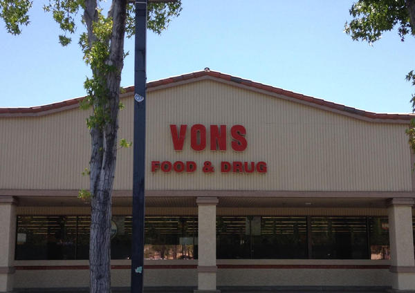 Vons Store Front Picture at 2048 Agenda De Los Arboles in Thousand Oaks CA