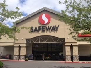 Safeway Store Front Picture at 15570 SW Pacific Highway in King City OR