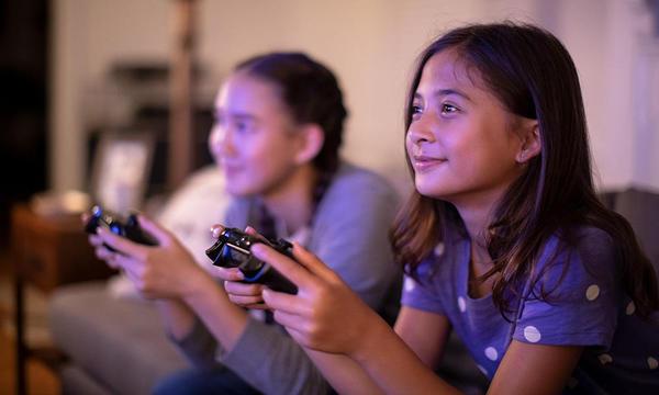 Niños jugando con Internet de alta velocidad