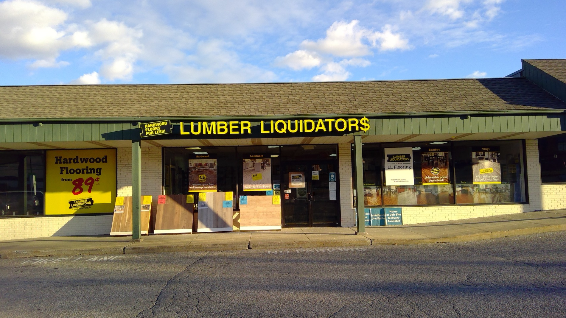 LL Flooring #1263 Danbury | 71 Newtown Road | Storefront