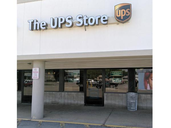 Facade of The UPS Store Hamburg