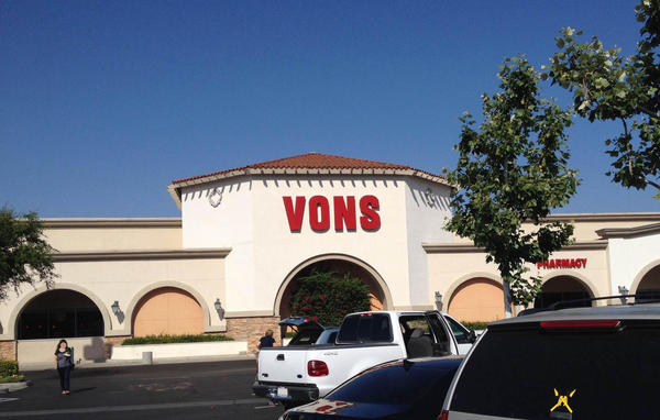 Vons Store Front Picture at 25850 N The Old Rd in Valencia CA