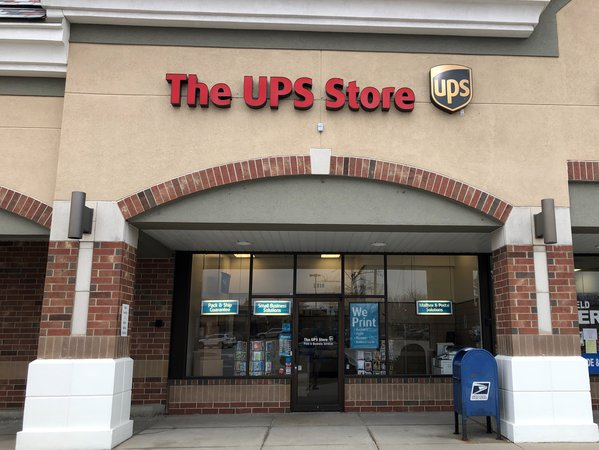 Facade of The UPS Store Glenview