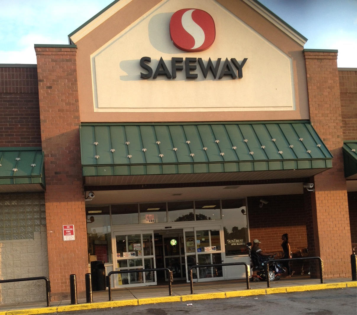 Safeway Store Front Picture at 1601 Maryland Ave in Washington DC