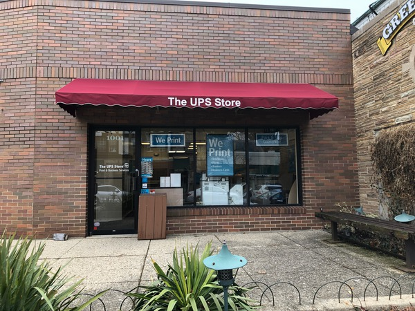 Facade of The UPS Store Winnetka