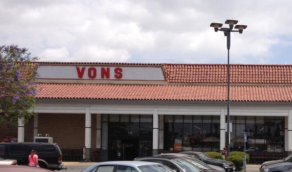 Vons Store Front Picture at 18439 Ventura Blvd in Tarzana CA