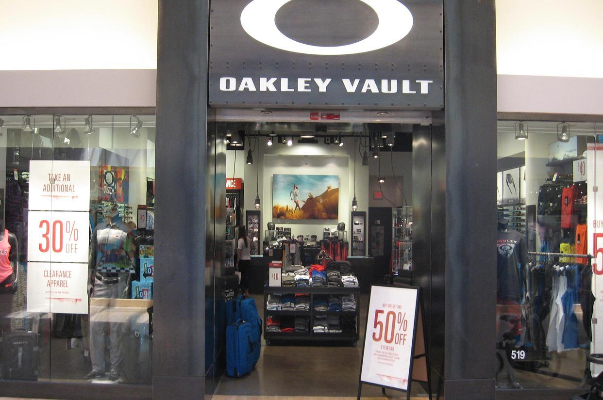 oakley outlet hours
