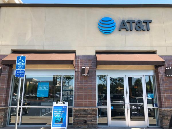 At T Store Crossroads At Pleasant Hill Iphone Se W Curbside