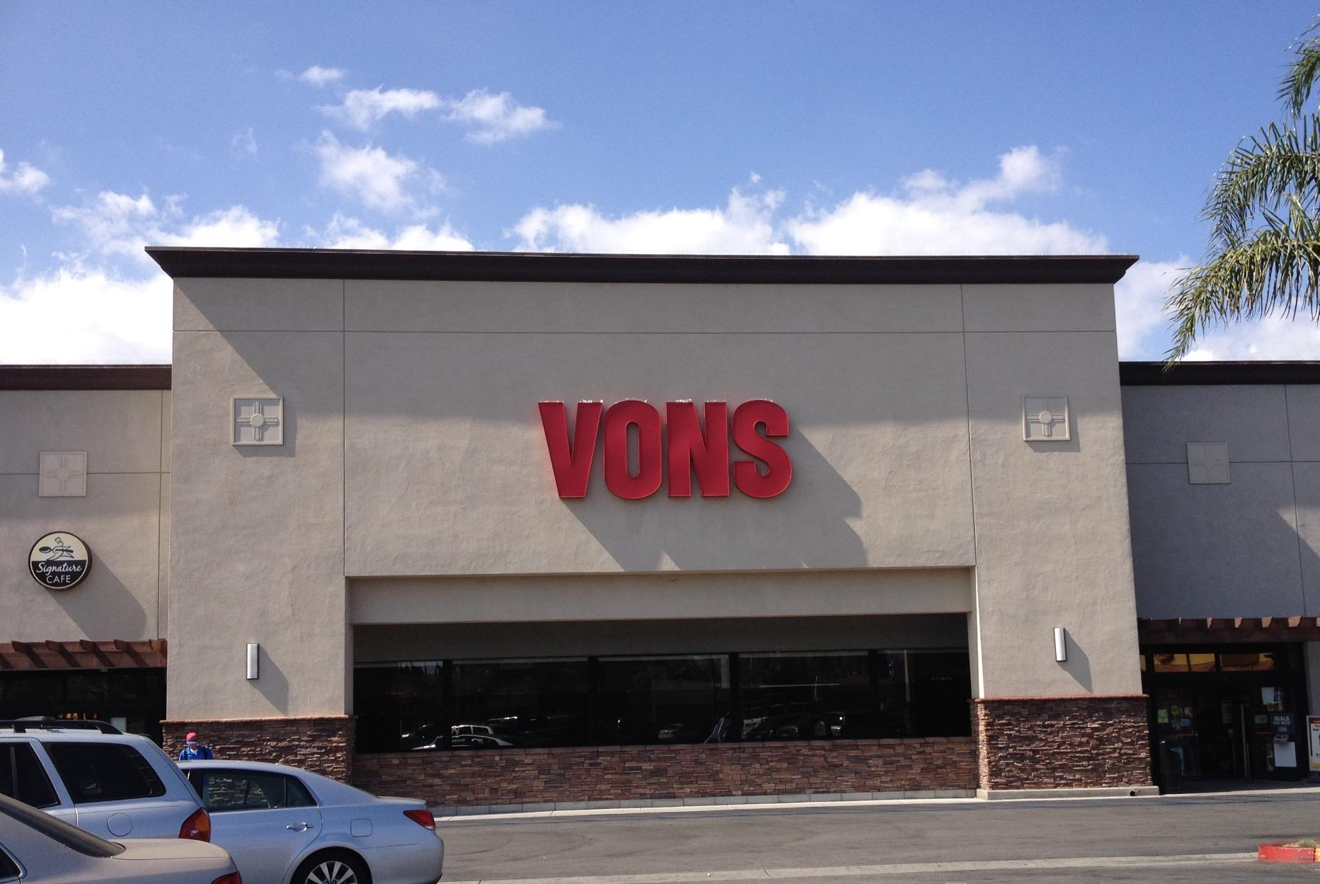 Vons Store Front Picture at 19333 Victory Blvd in Reseda CA